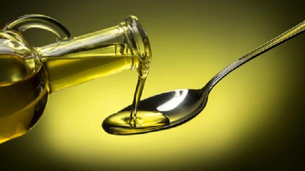 Öl auf einem Löffel