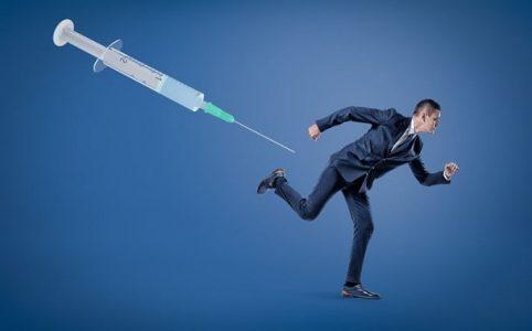 Impfpflicht - Mann rennt vor Spritze weg